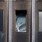 Defekte Jalousie im Fenster eines Bürogebäudes. Broken shutter in the window of an office building.